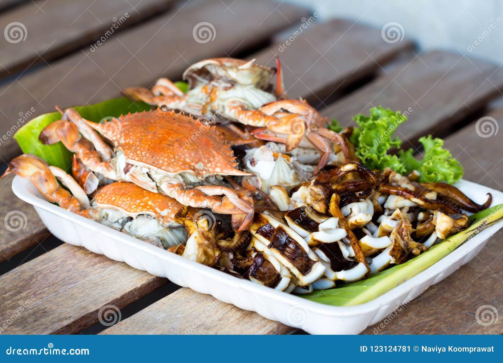 Piec na grillu kałamarnica w piankowej tacy i kraby