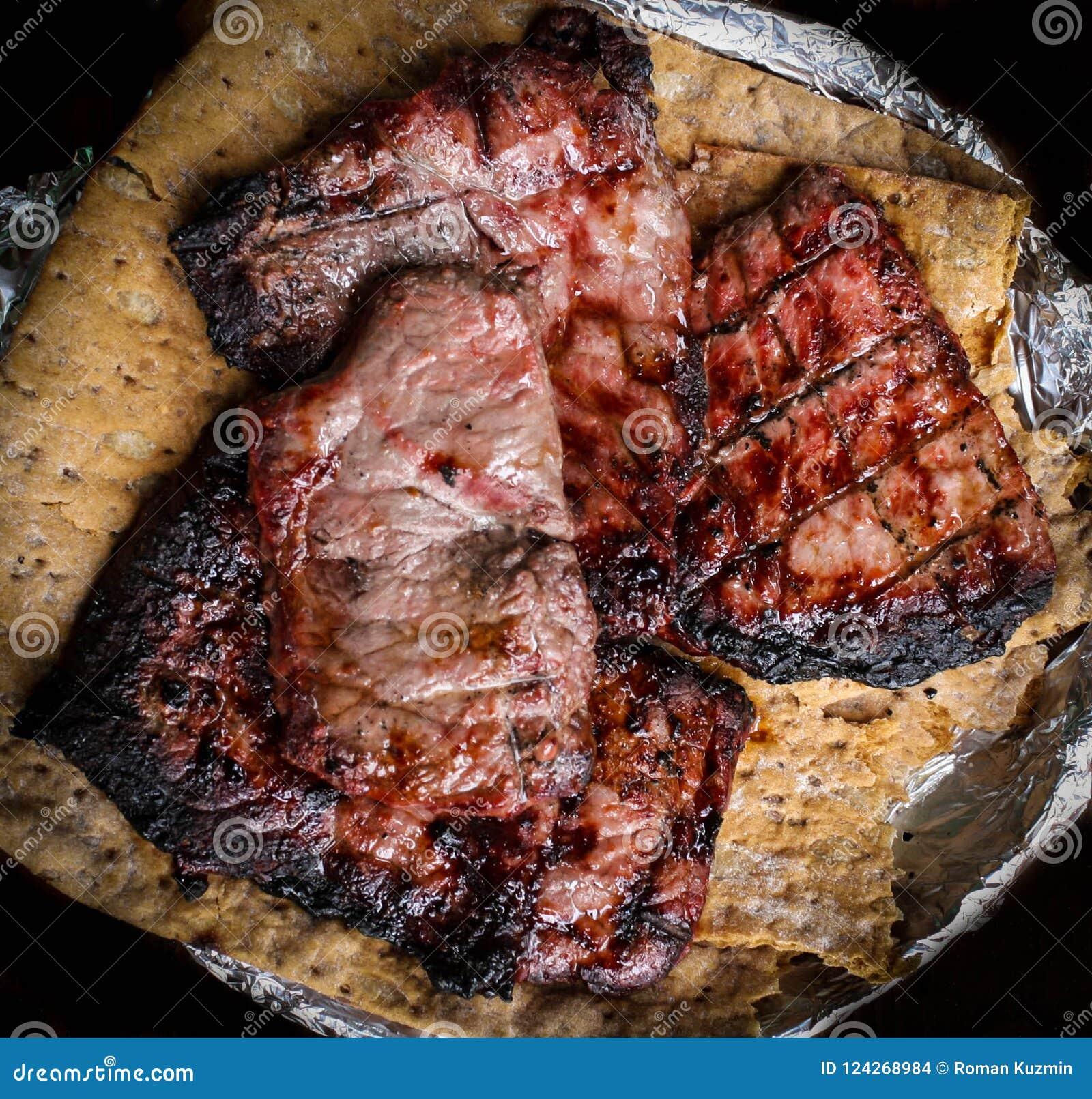 Piec na grillu kawałki wołowina na lavash odgórnym widoku