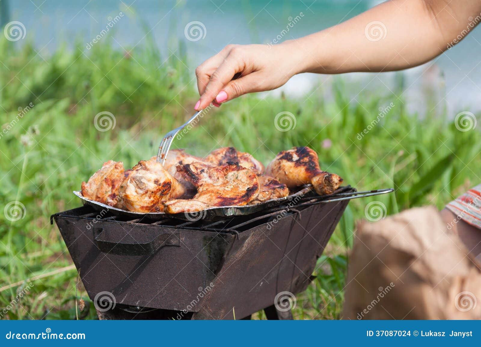 Download Piec Na Grillu Kurczaków Uda Na Płomiennym Grillu. Zdjęcie Stock - Obraz złożonej z pieczeń, gastronomy: 37087024