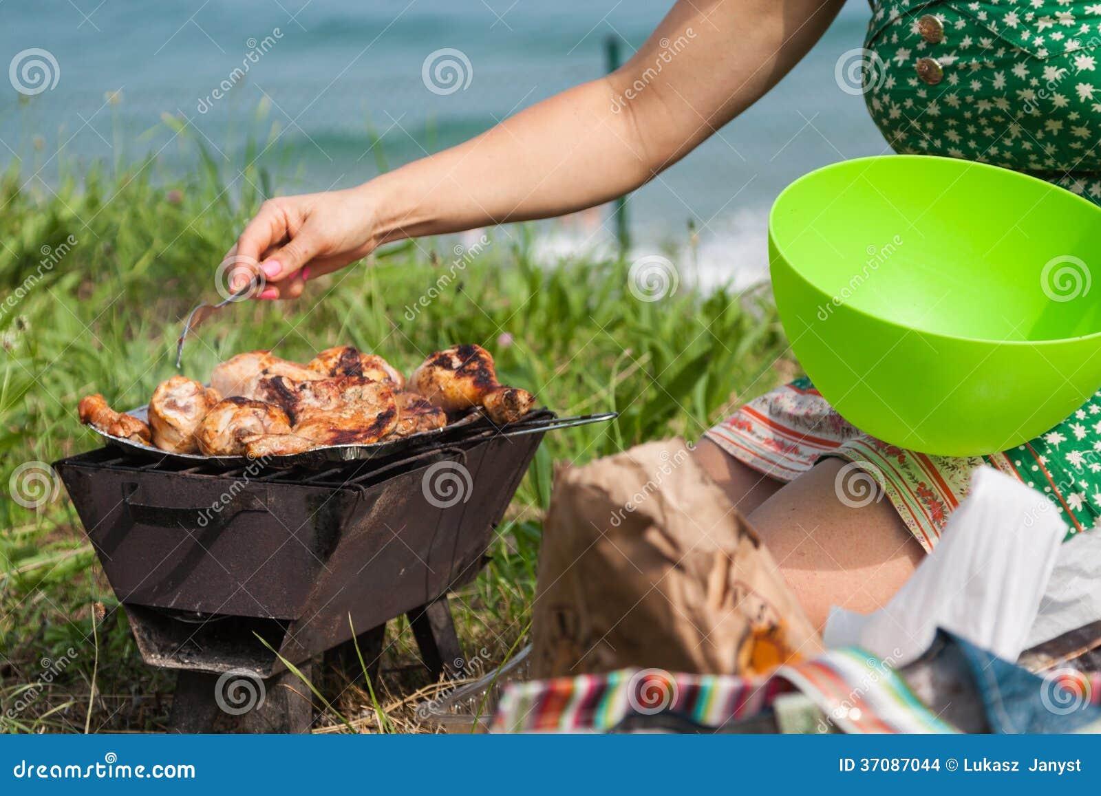 Download Piec Na Grillu Kurczaków Uda Na Płomiennym Grillu. Zdjęcie Stock - Obraz złożonej z gorący, 1: 37087044