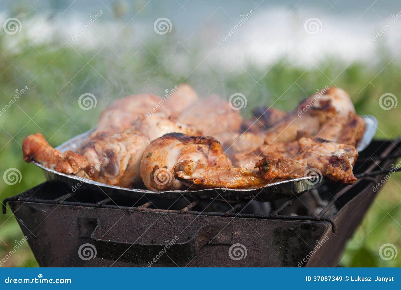 Download Piec Na Grillu Kurczaków Uda Na Płomiennym Grillu. Obraz Stock - Obraz złożonej z charcoal, posiłek: 37087349