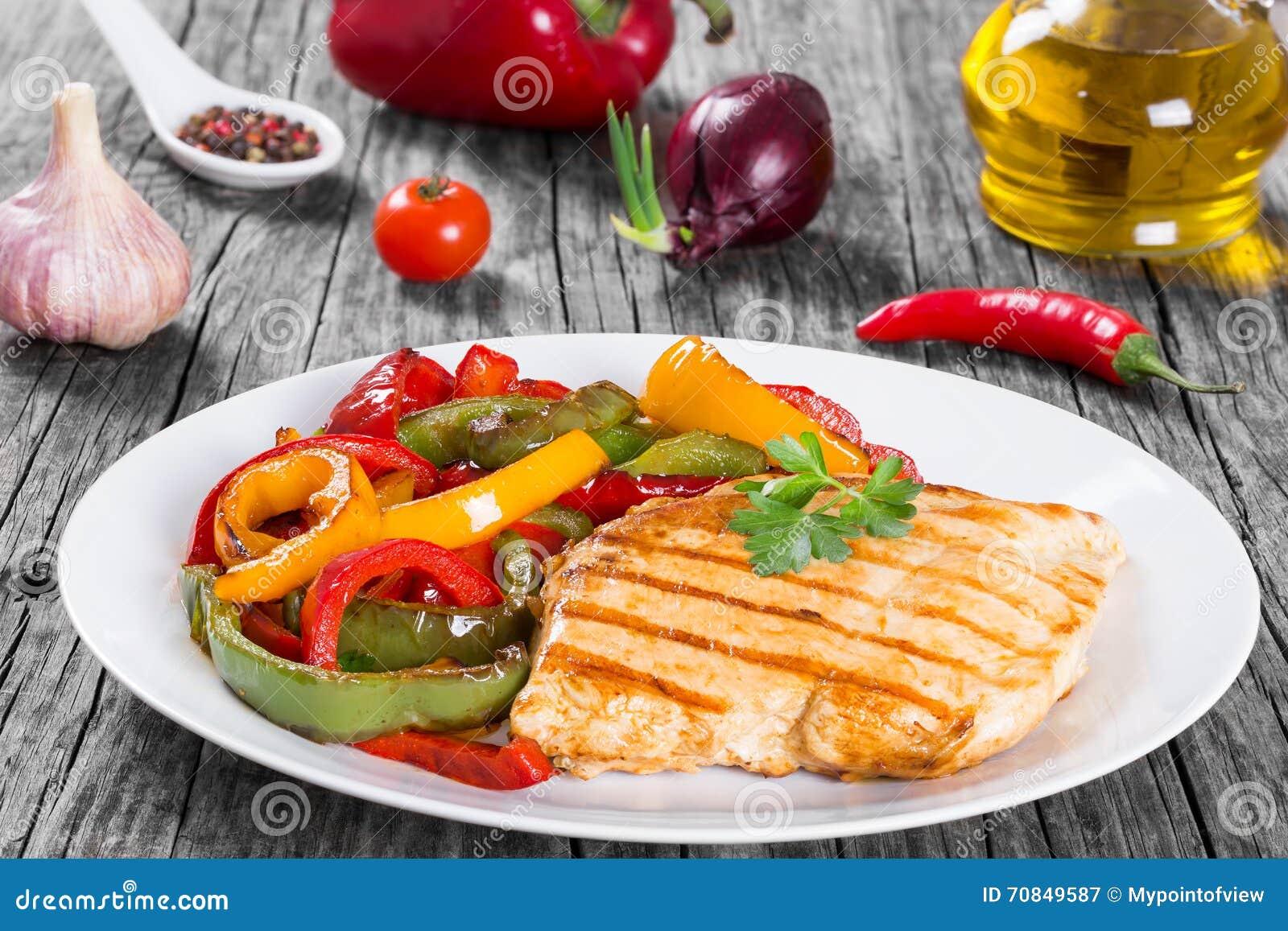 Piec na grillu kurczak piersi polędwicowy i smażący dzwonkowy pieprz, clos- up
