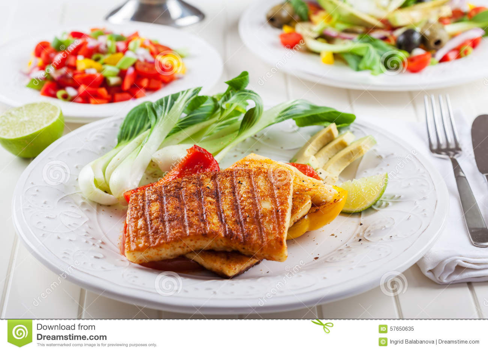 Piec na grillu ser z salsa sałatką