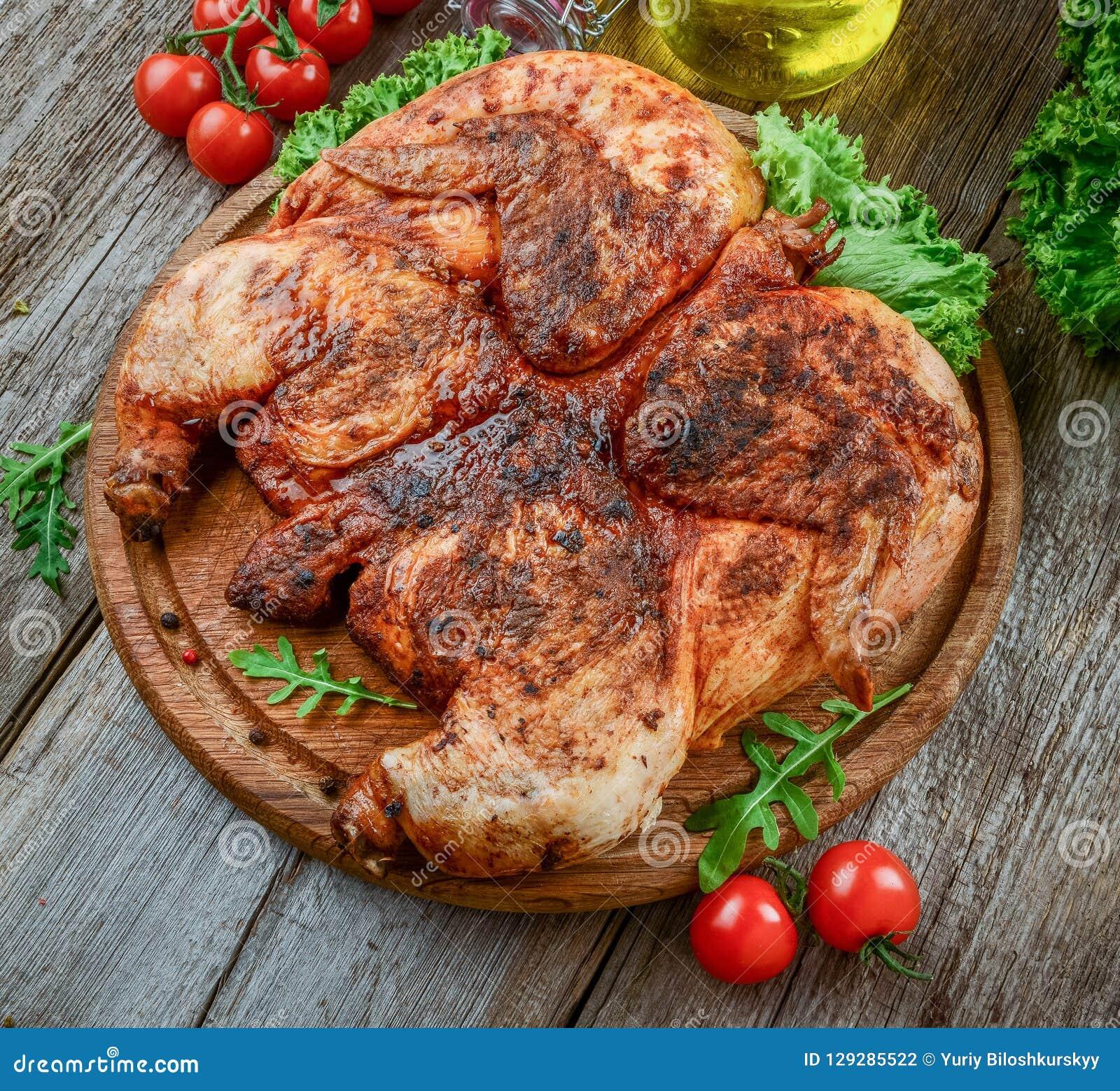 Piec na grillu smażył pieczonego kurczaka tytoniu na tnącej desce