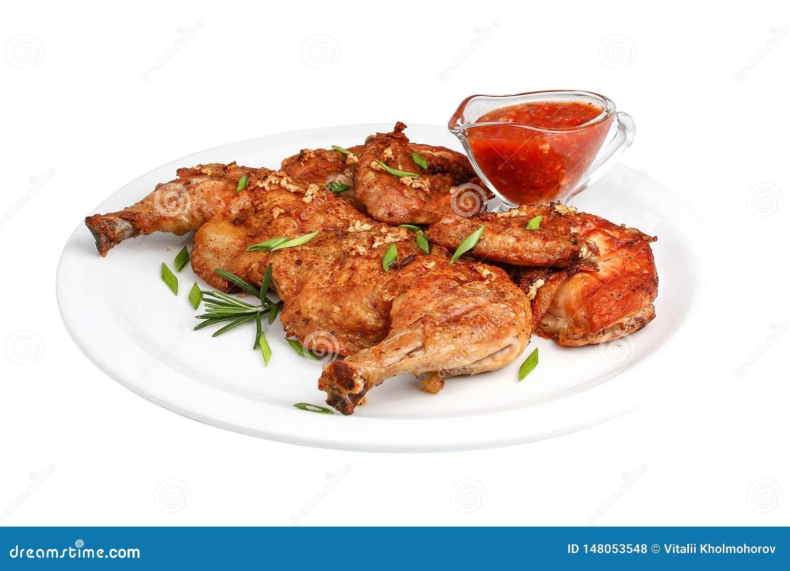Piec na grillu smażył pieczonego kurczaka z gorącą kiełbasą