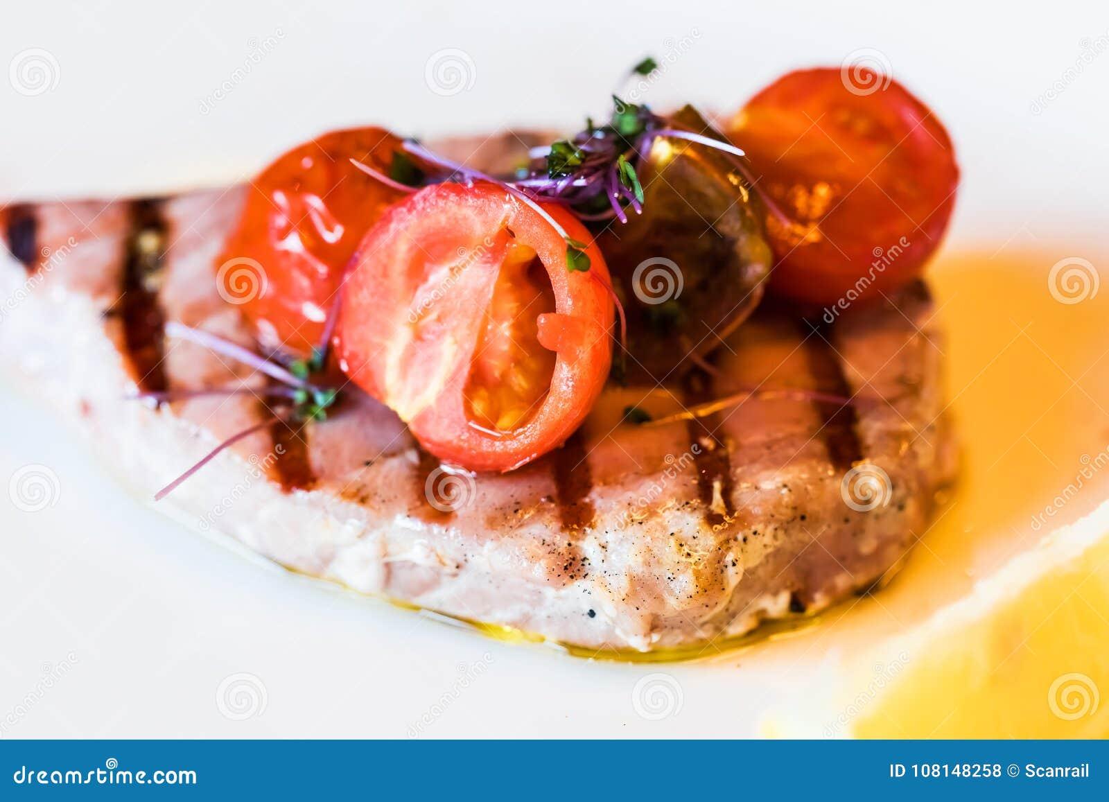 Piec na grillu tuńczyk ryba