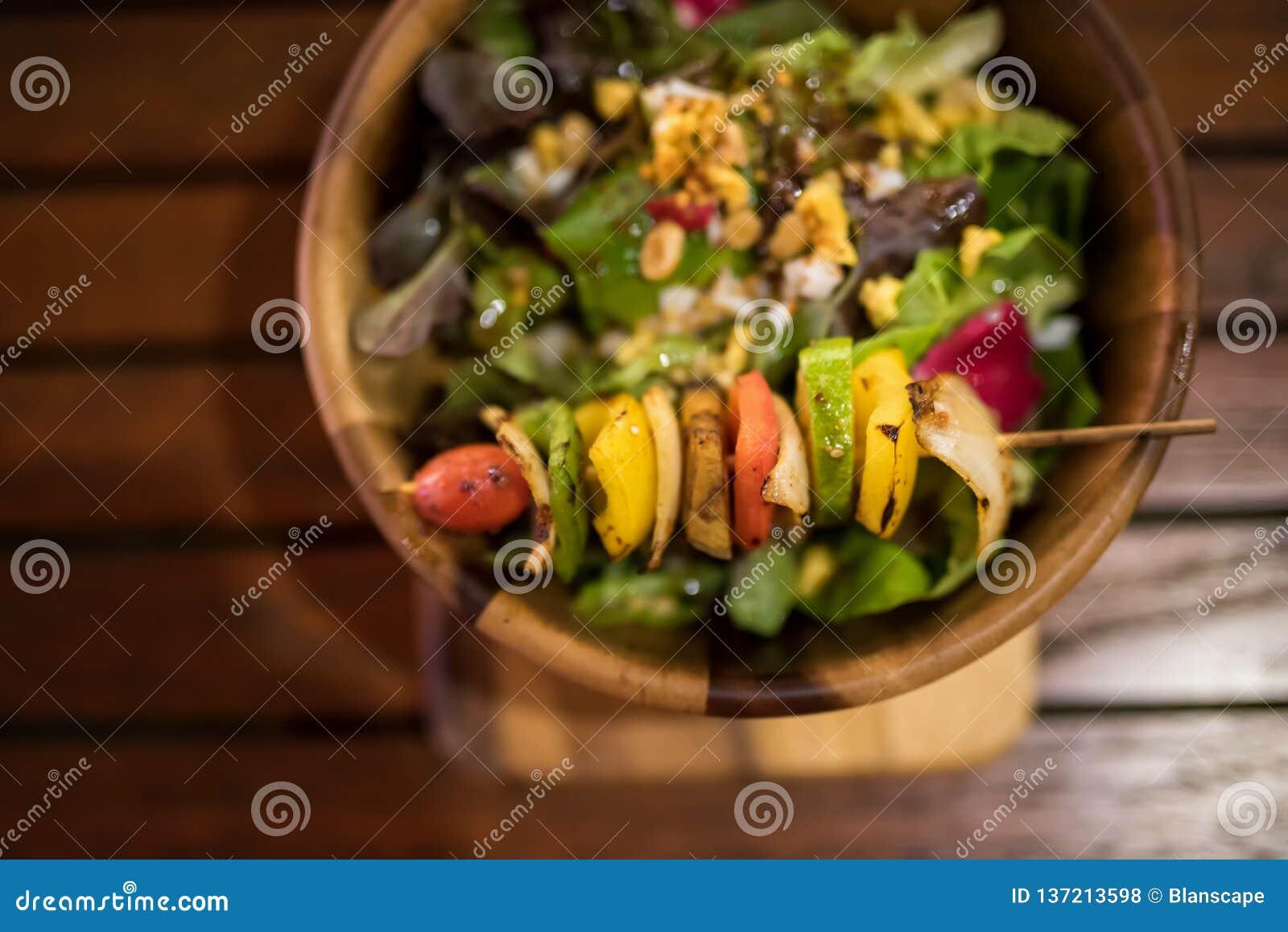 Piec na grillu warzywa i zdrowa sałatka