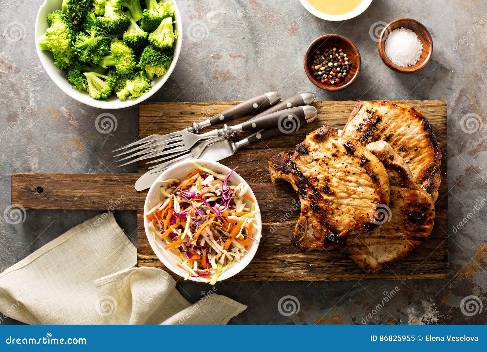 Piec na grillu wieprzowina kotleciki z cole slaw sałatką