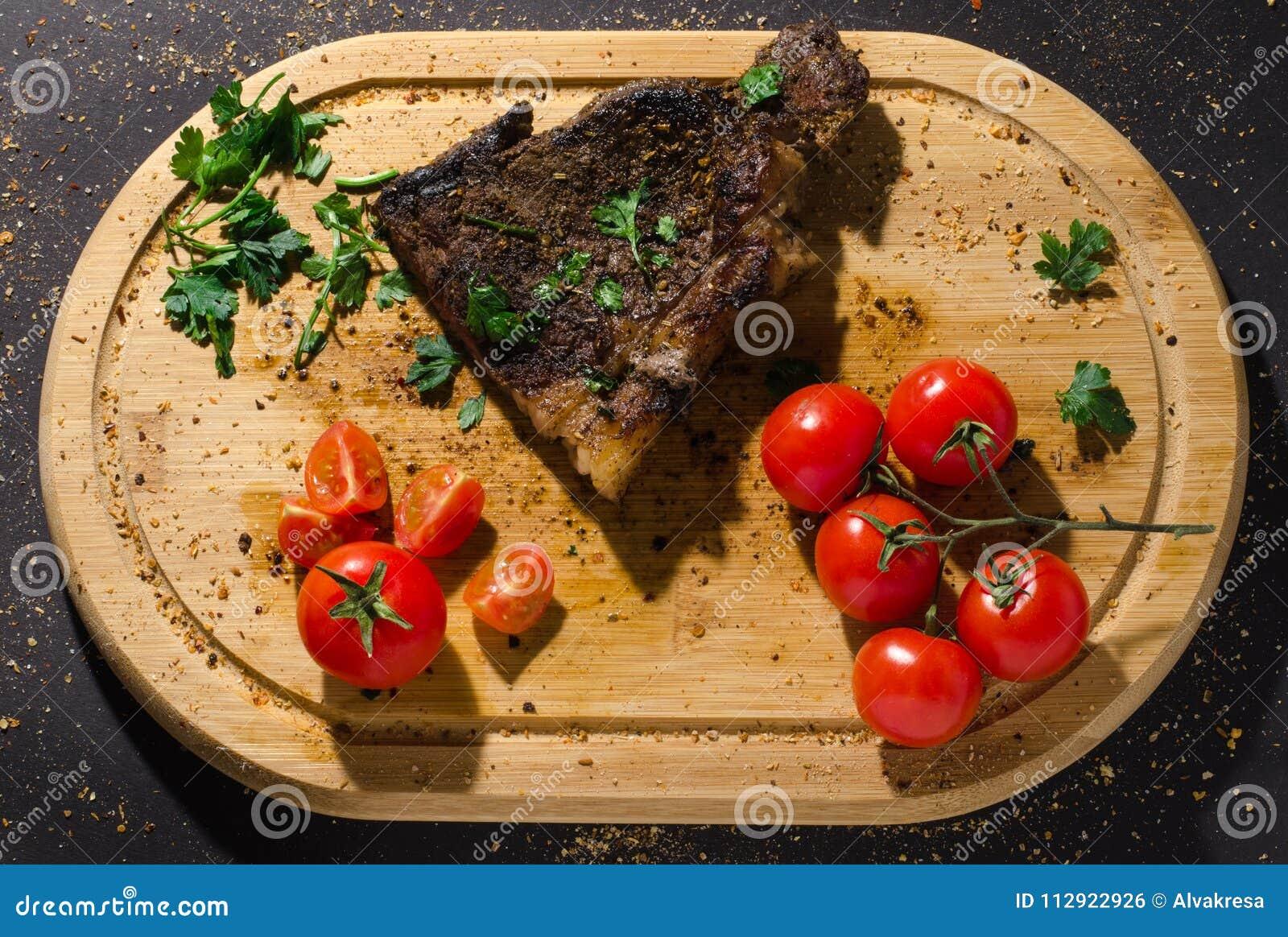 Piec na grillu wieprzowina stek na drewnianej tnącej desce