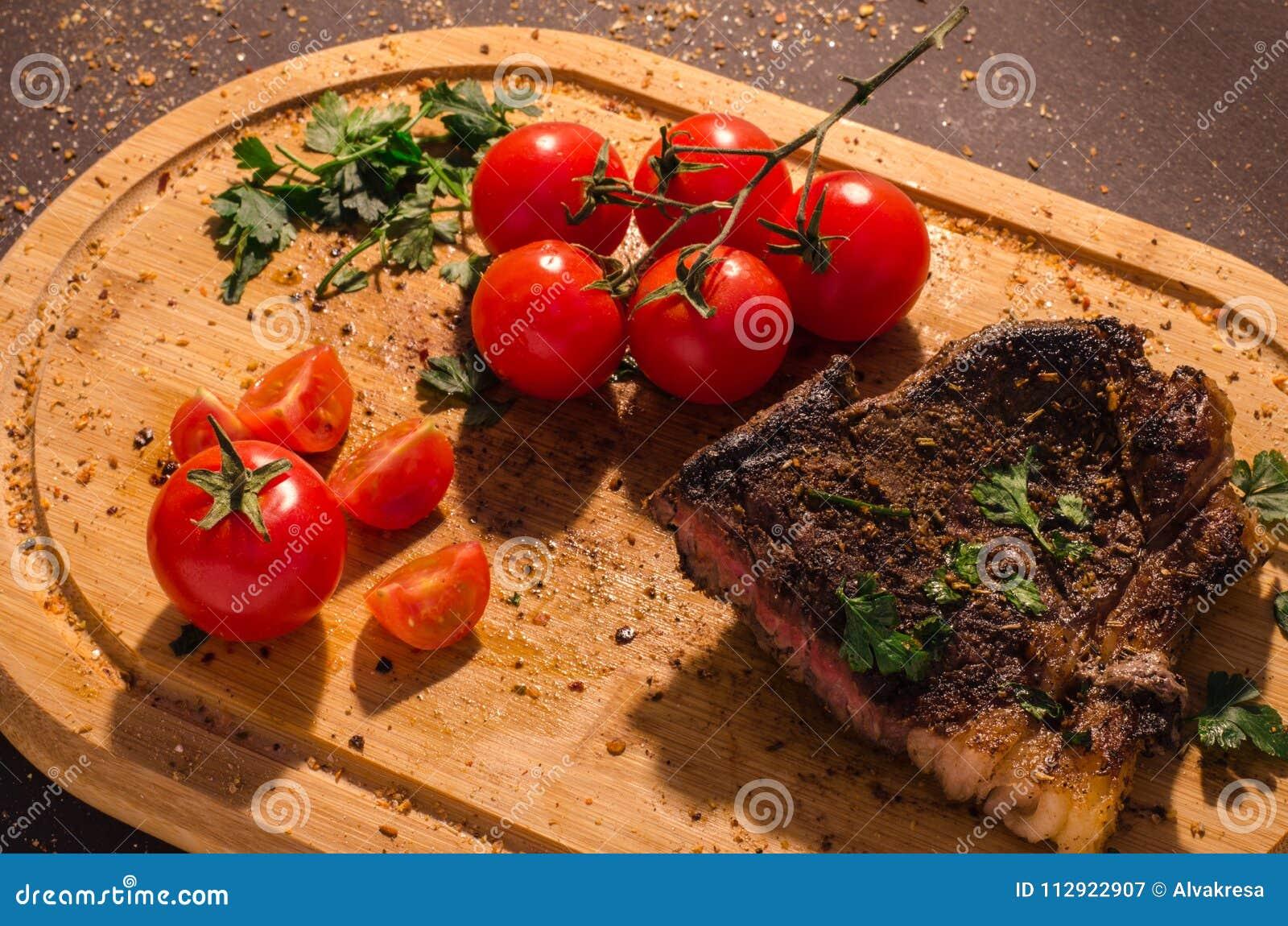 Piec na grillu wieprzowina stek z gałąź czereśniowi pomidory