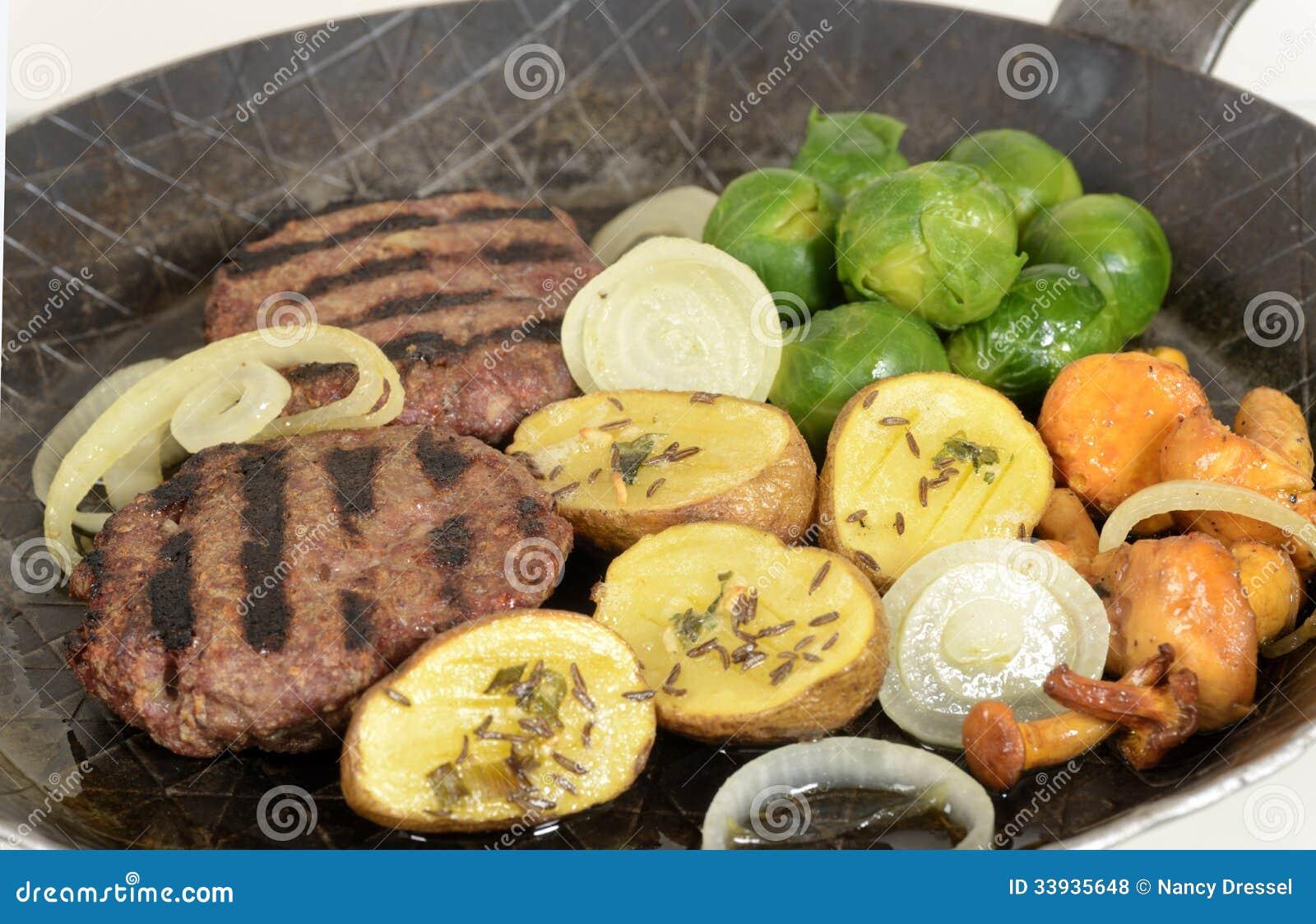 Piec na grillu wołowina hamburgery z warzywami