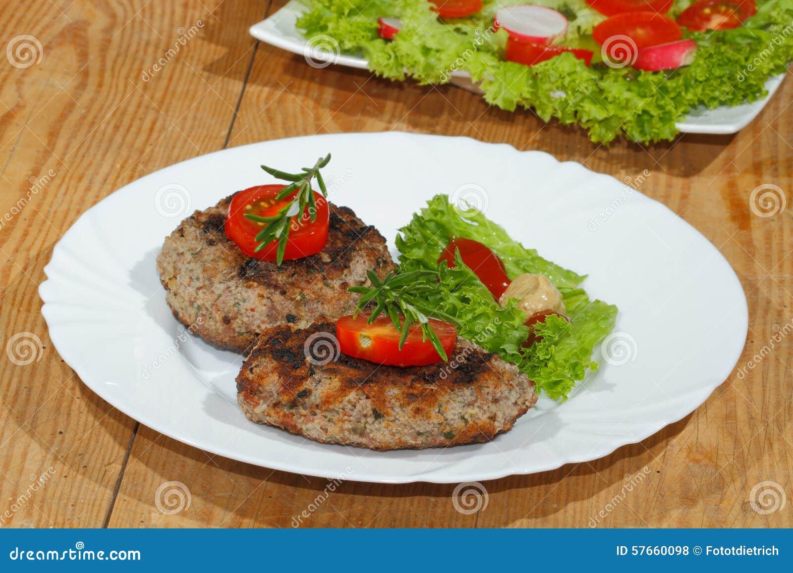 Piec na grillu wołowina paszteciki, korzenni kumberlandy, talerze