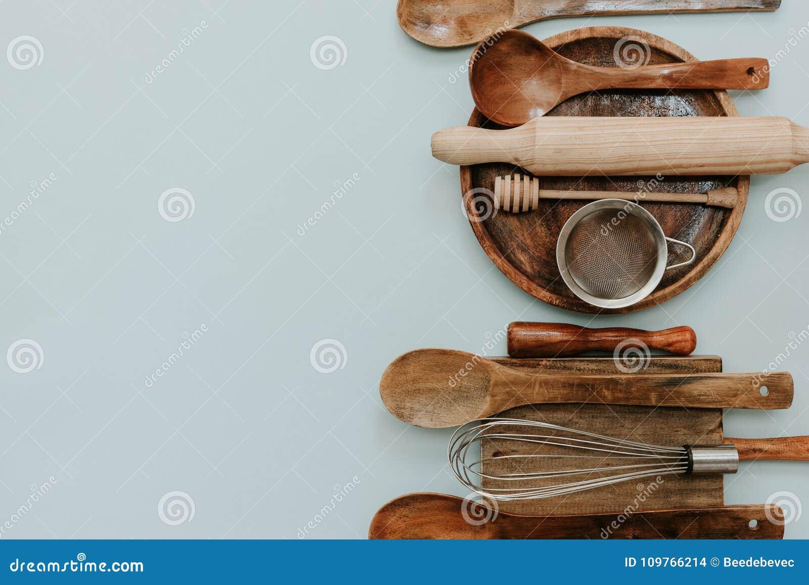 Piec narzędzia ustawiających na pastelowym tle, odgórny widok, mieszkanie nieatutowy, kopii przestrzeń