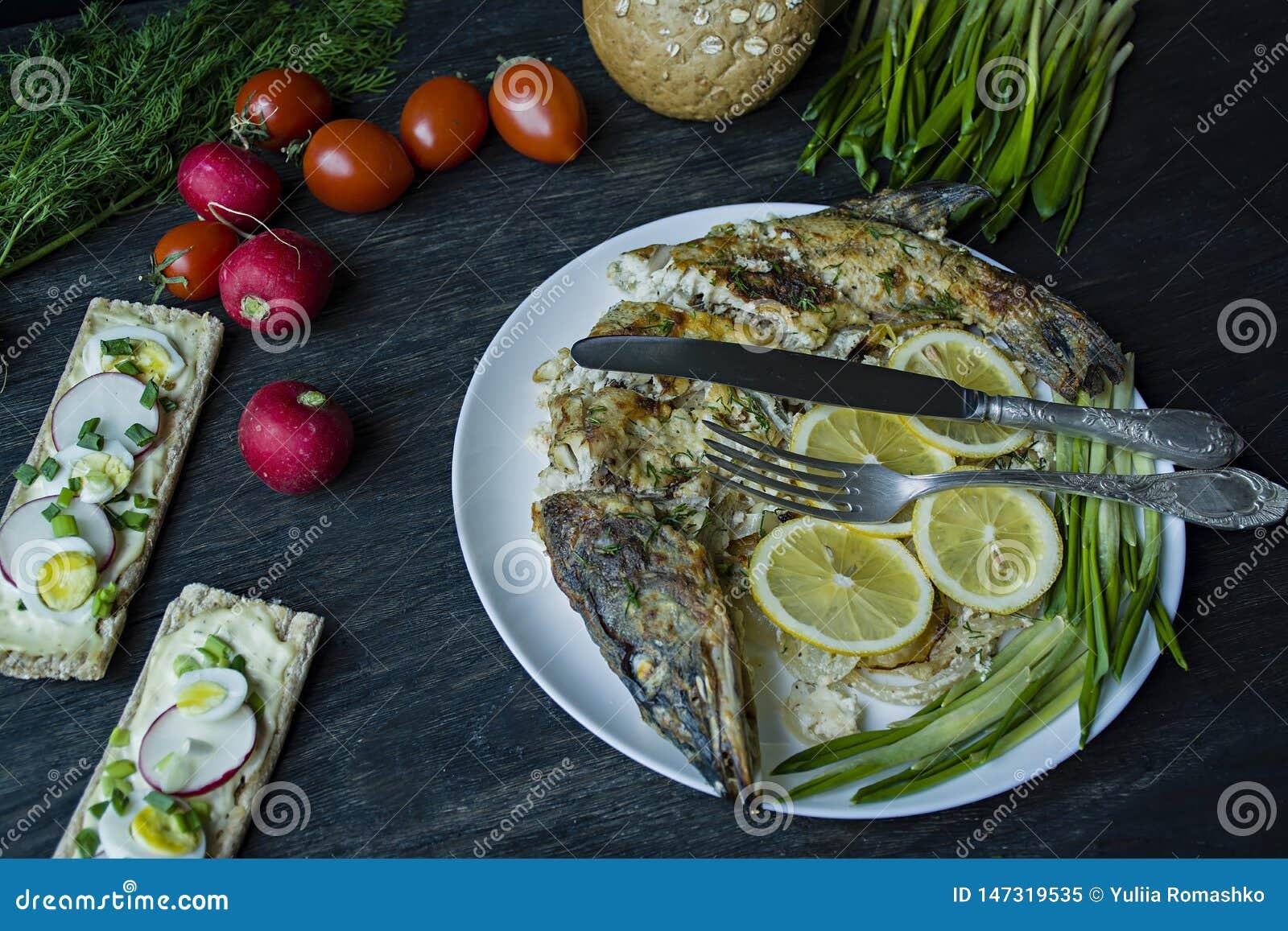 Piec szczupak w piekarniku, dekoruj?cym z warzywami i ziele S?uzy? na talerzu W?a?ciwy od?ywianie t?a zmroku wektoru drewno