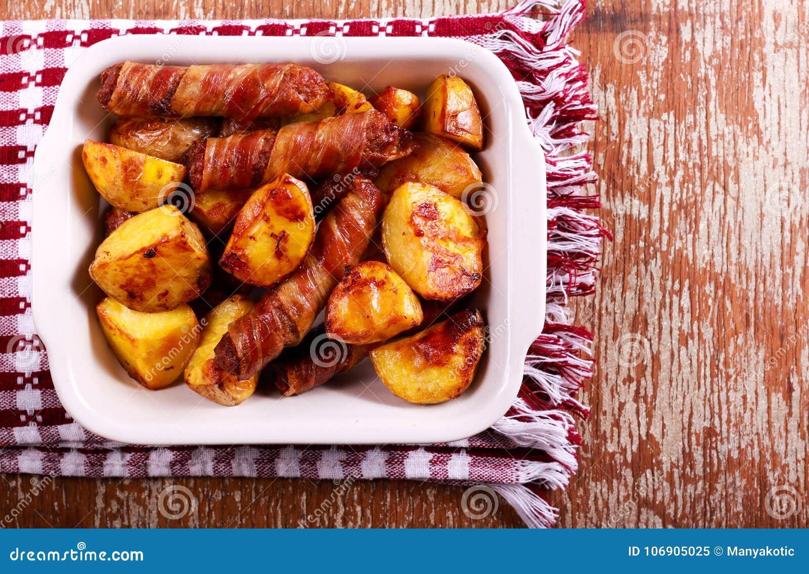Pieczone grule i kiełbasy