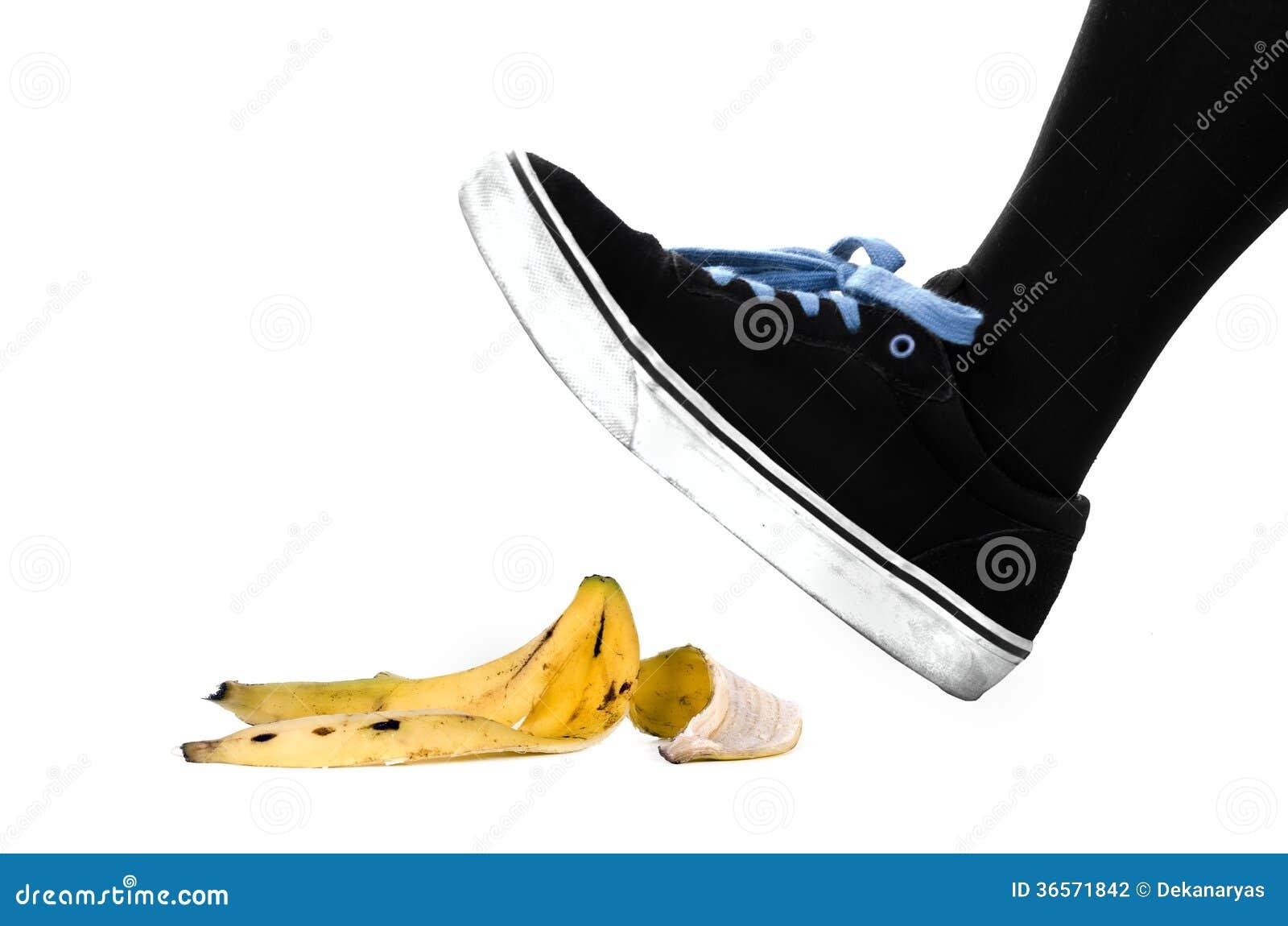 Pied Chaussure Environ Glisser Sur La Peau De Banane Photographie Stock Image 36571842