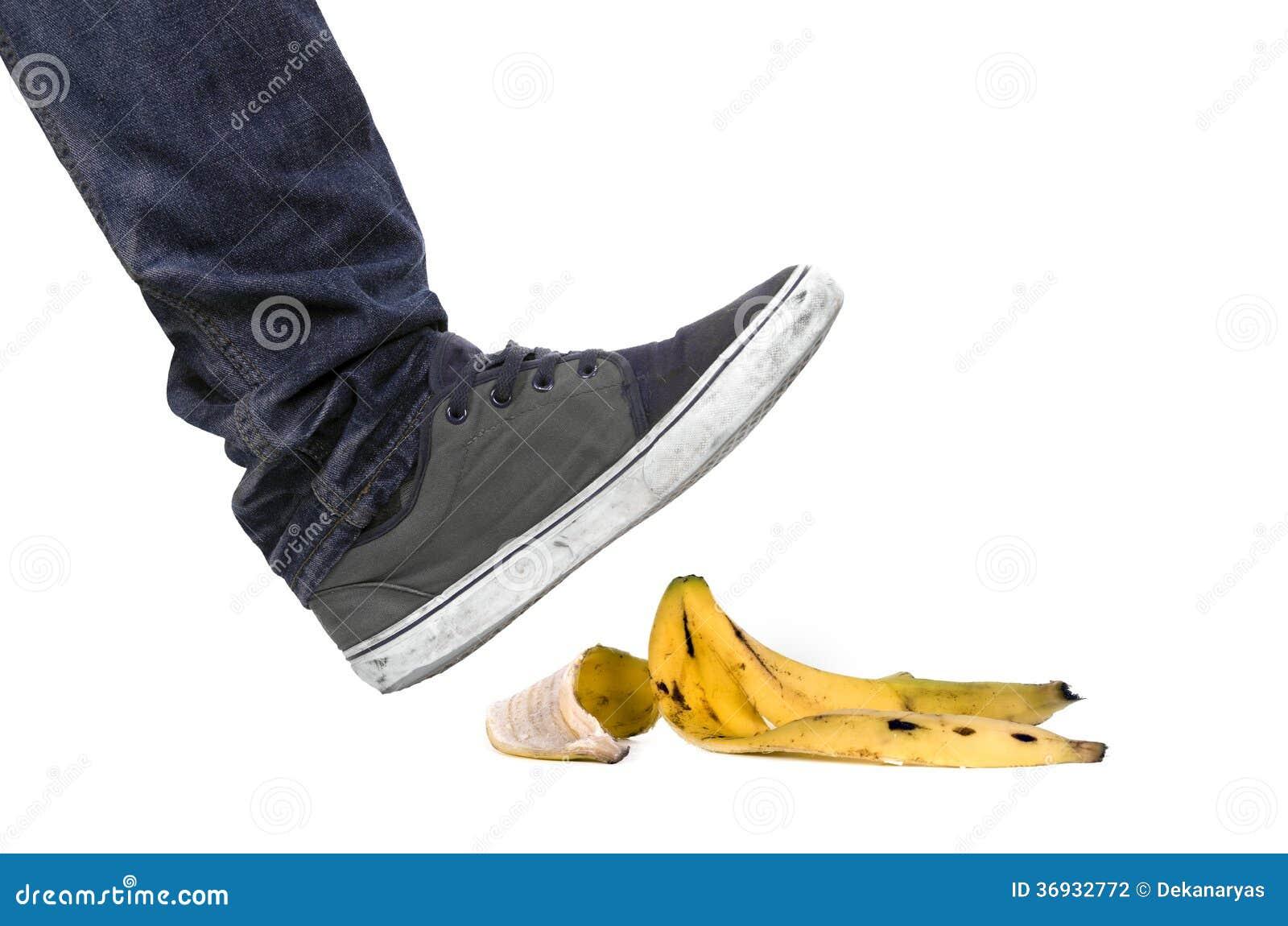 Pied Chaussure Environ Glisser Sur La Peau De Banane Photographie Stock Image 36932772