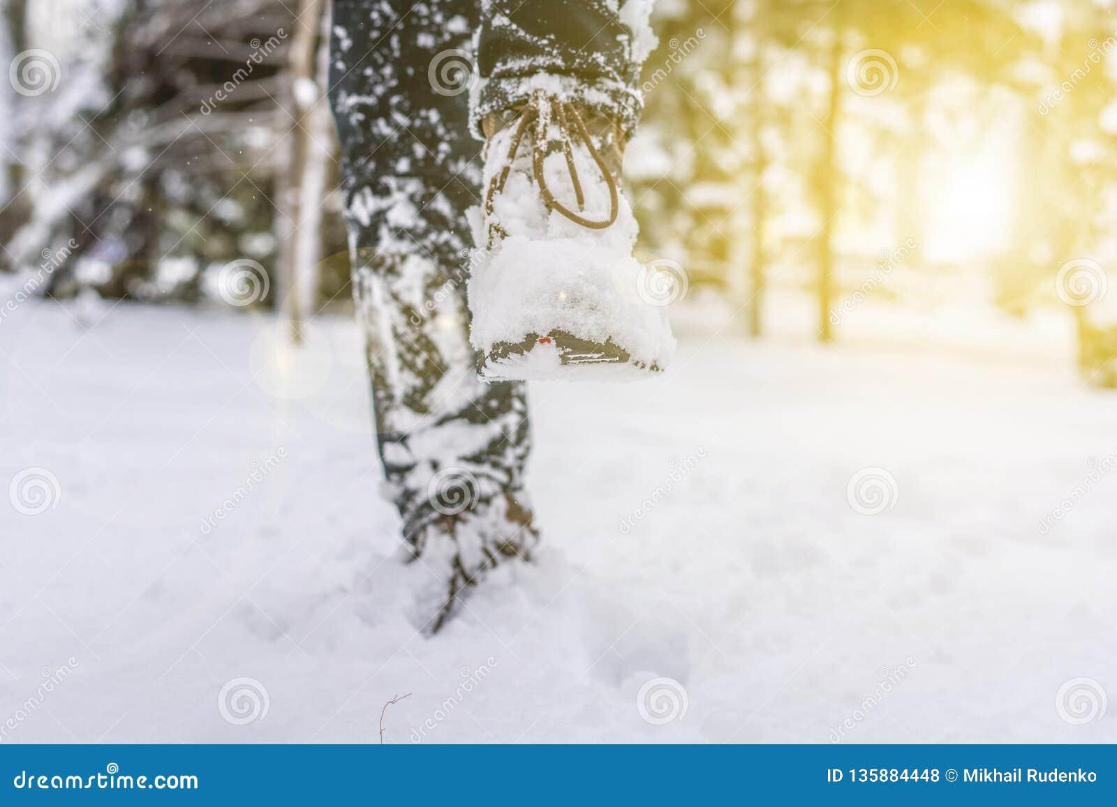 Pied de jambes d homme dans les bottes chaudes d hiver marchant dans la neige f