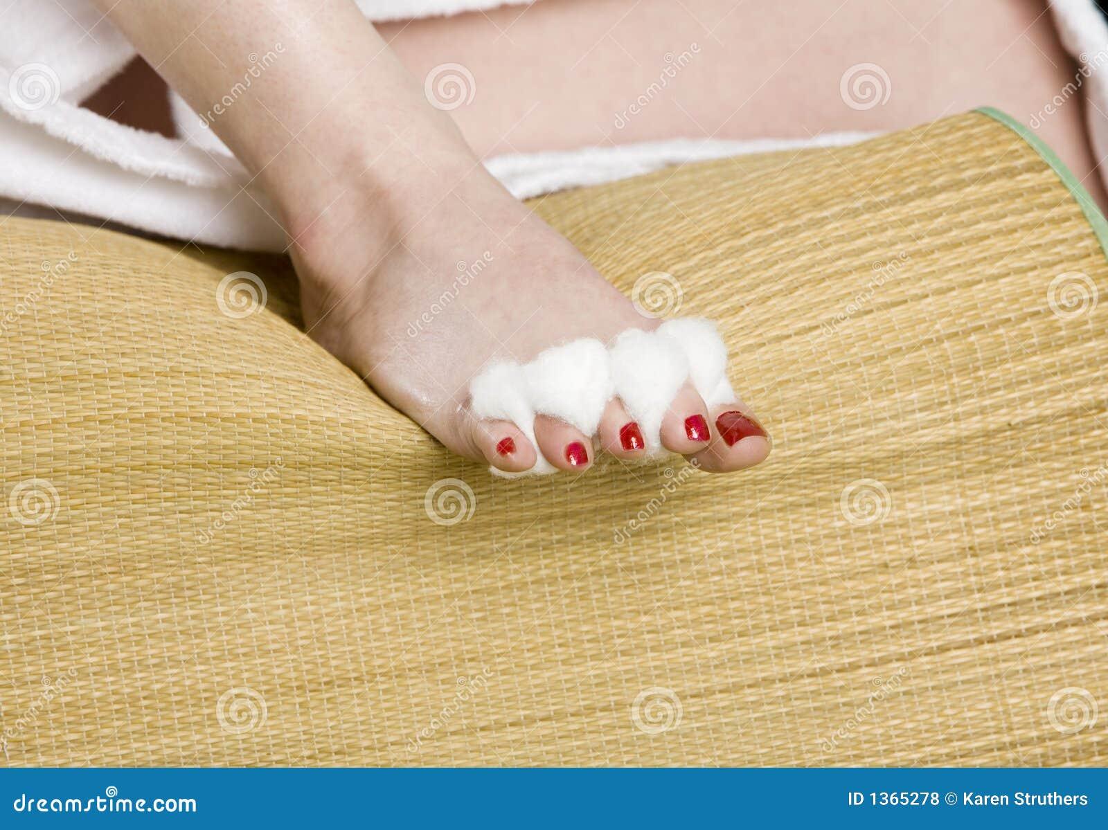Pied de womans avec le vernis ongles rouge photos libres de droits image 1365278 - Pied vernis rouge ...