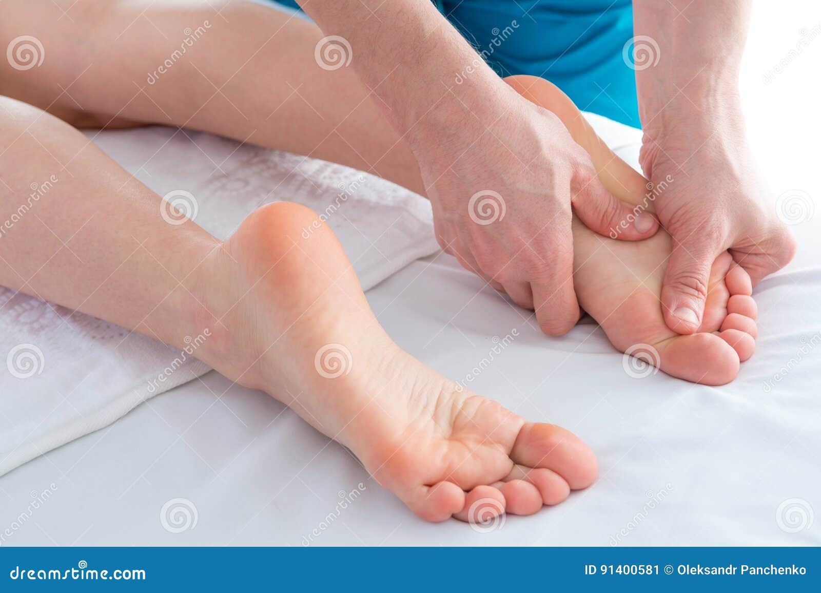 Pied et jambes massage, thérapie alternative, tir de studio de plan rapproché