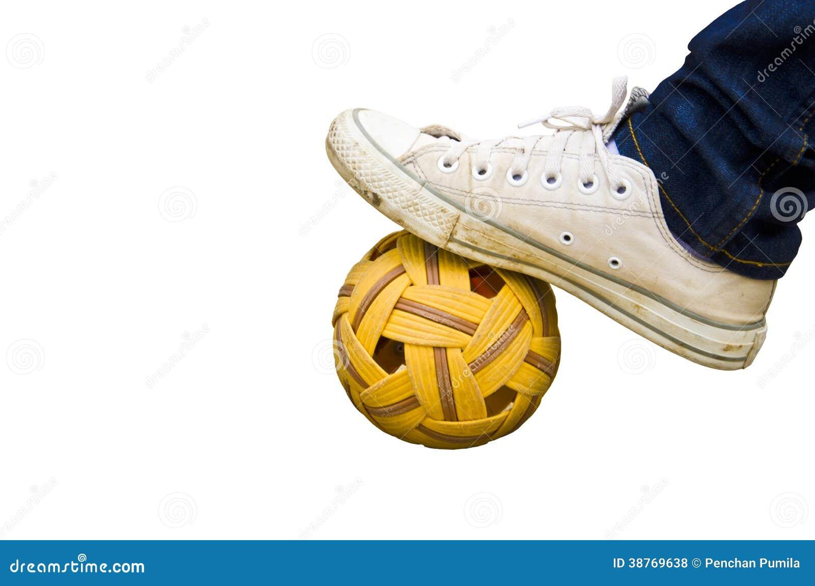 Pied et vieilles chaussures sur la boule de rotin