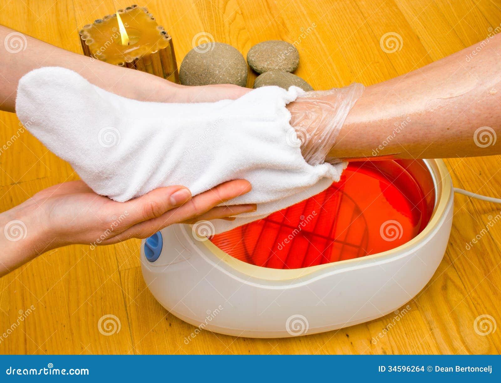 Piede della donna nel bagno di paraffina alla stazione - Bagno alla paraffina ...