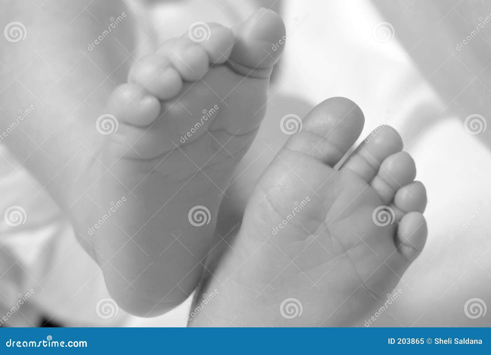 Piedi in bianco e nero del bambino