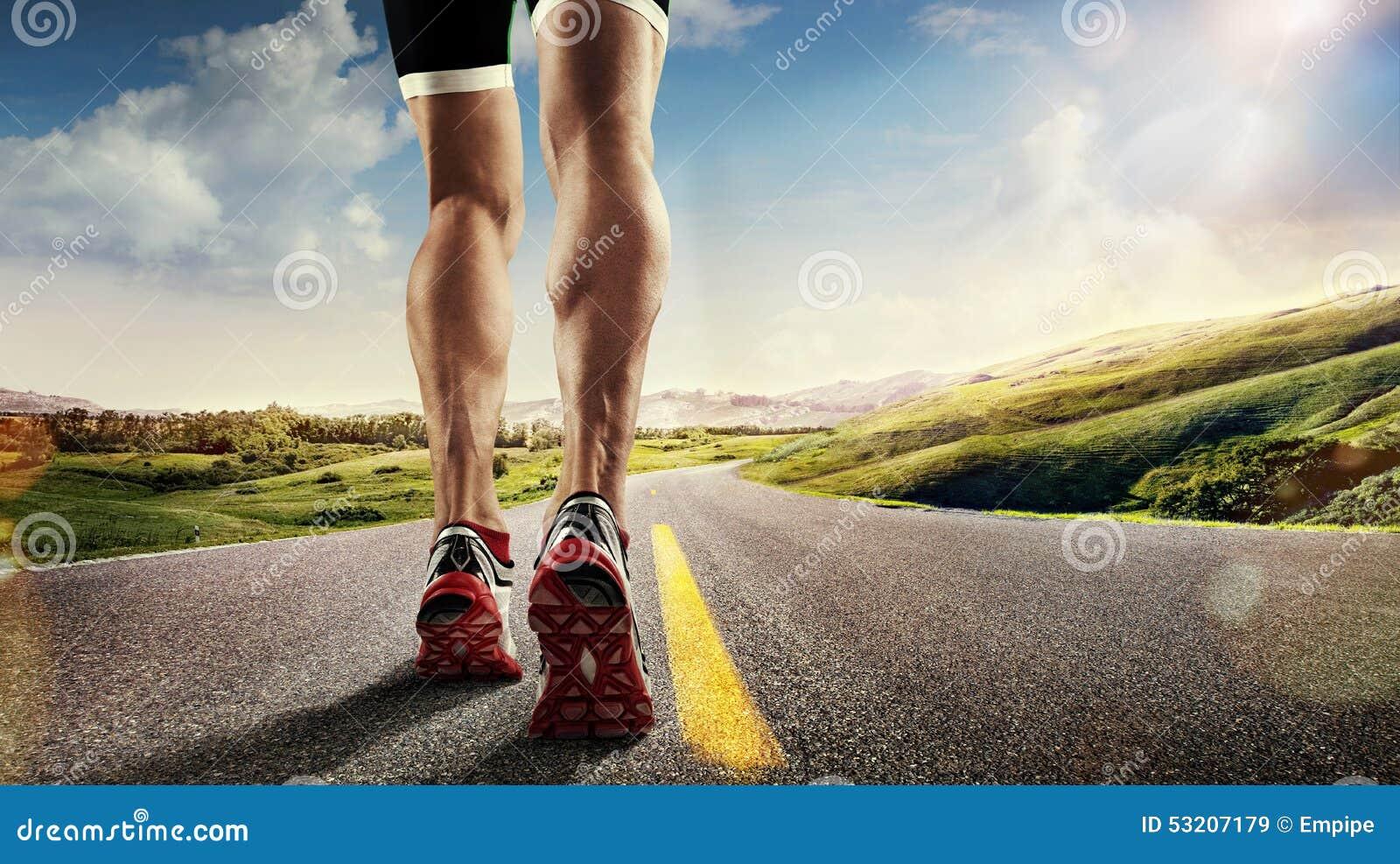 Piedi del corridore che corrono sulla strada