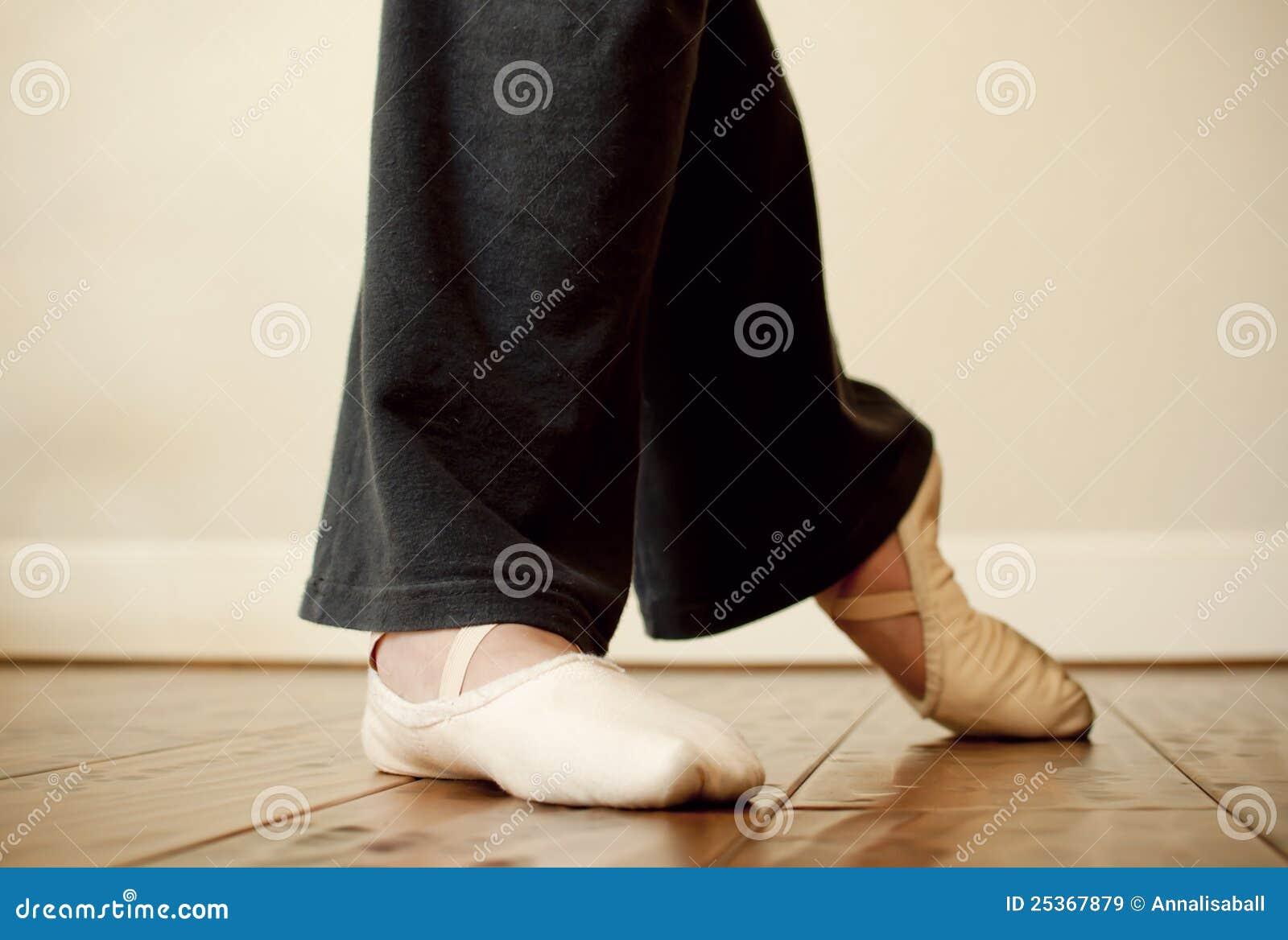 Piedi della ballerina durante la pratica