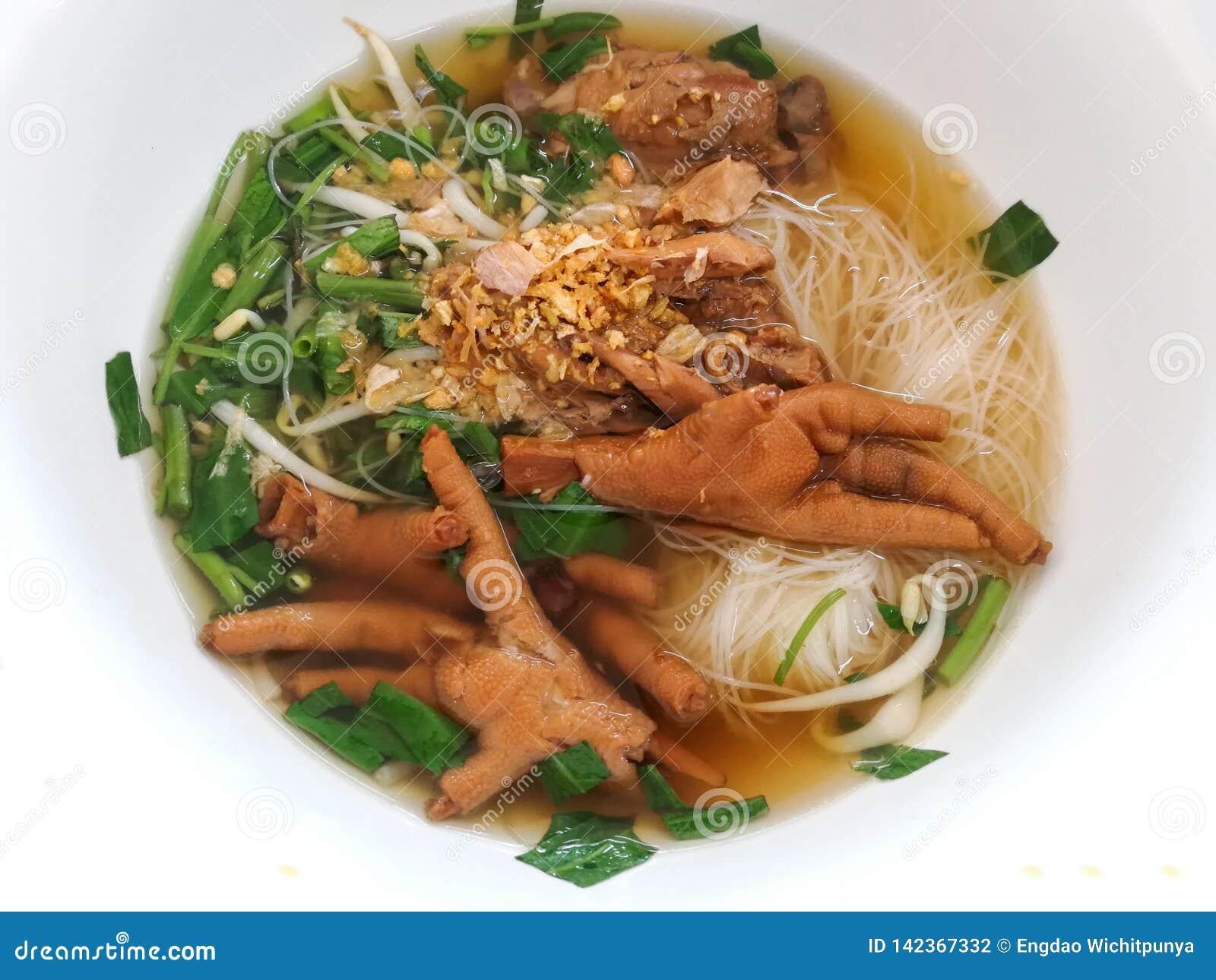 Piedi stufati del pollo della ciotola di minestra dei vermicelli del riso
