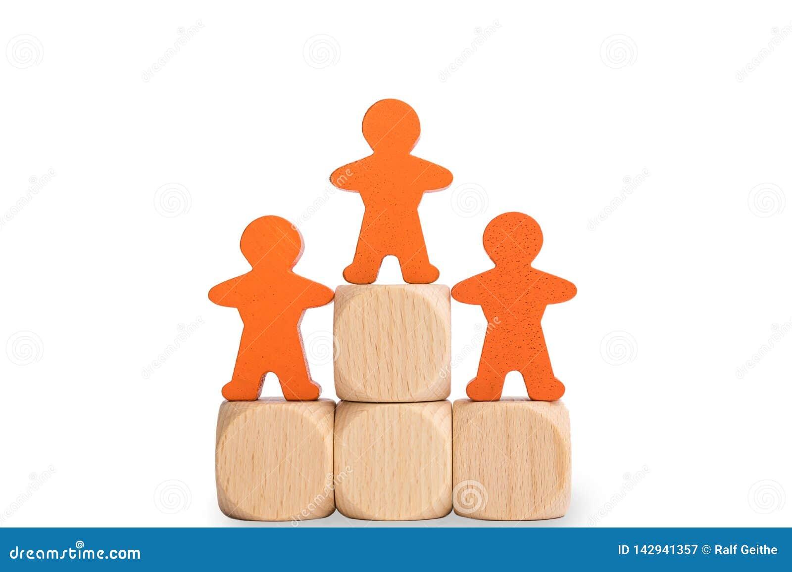 Piedistallo isolato dei vincitori con i maschi di legno davanti a fondo bianco