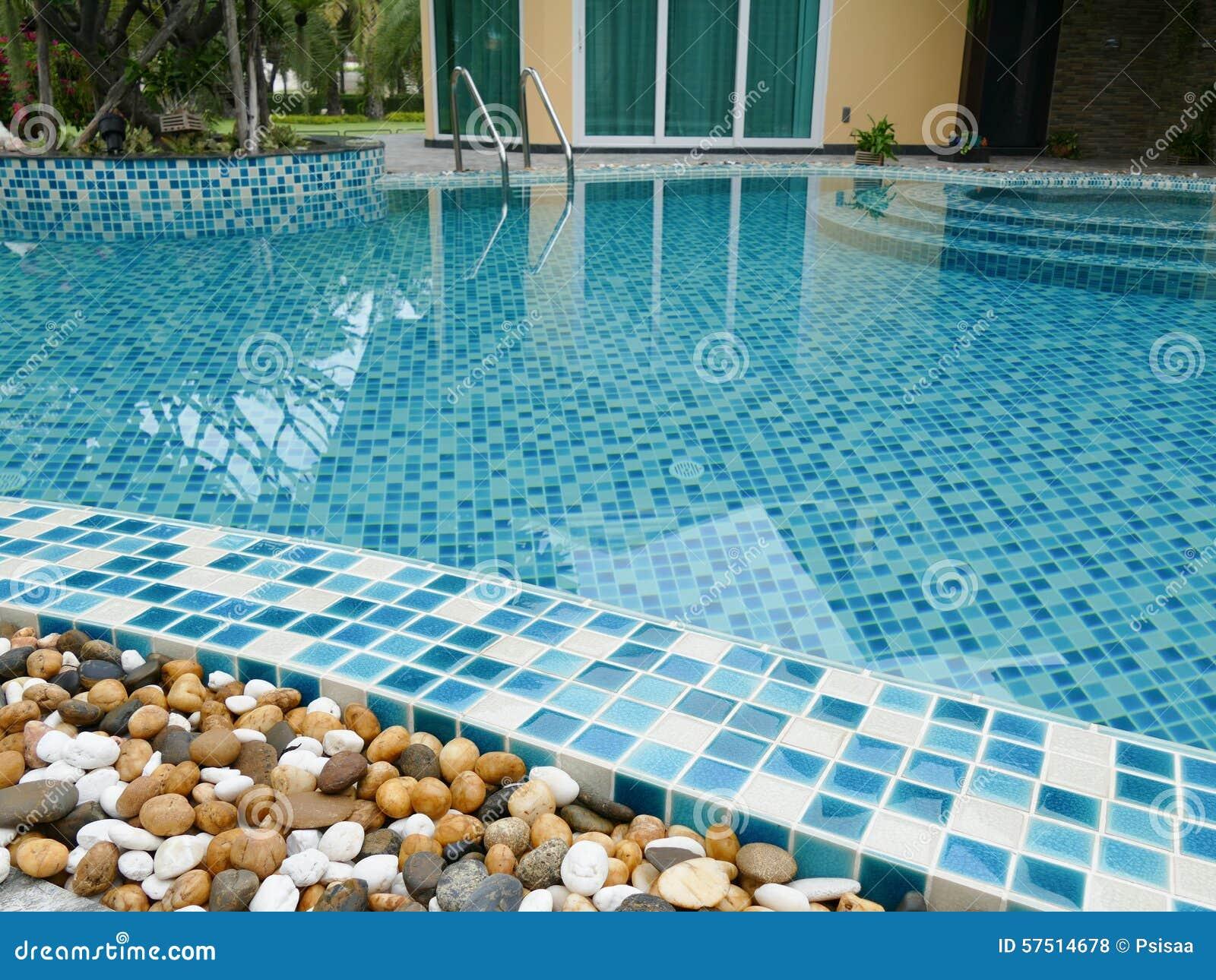 Piedra al borde de la piscina foto de archivo imagen for En la piscina
