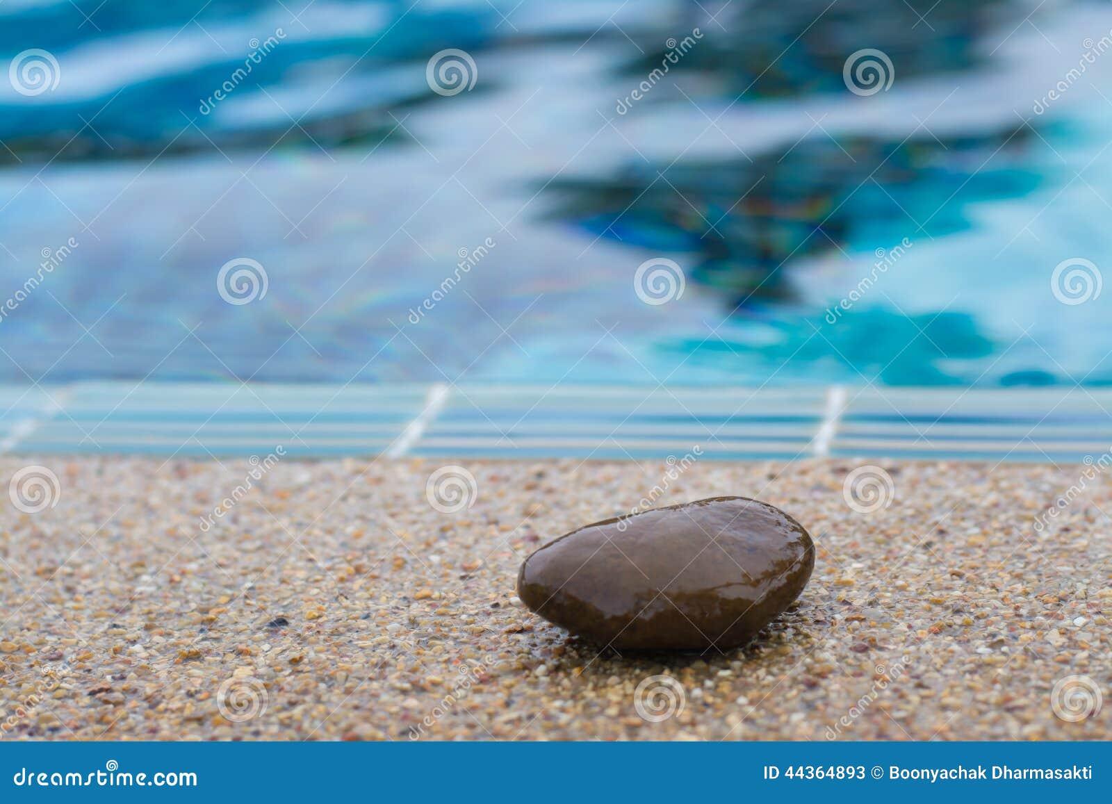 Piedra en el borde de la piscina imagen de archivo - Lucia la piedra piscina ...