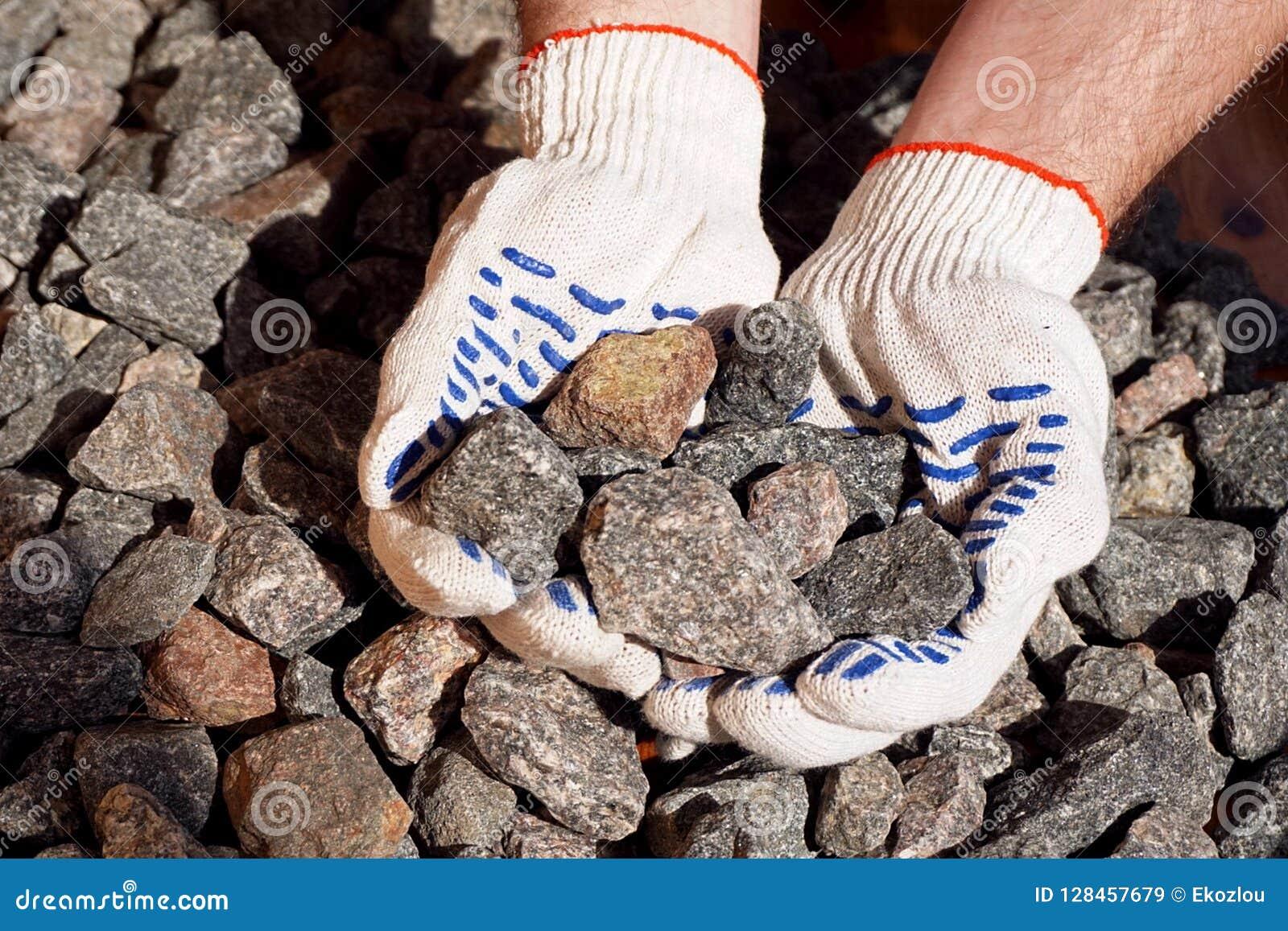 Piedra machacada en manos