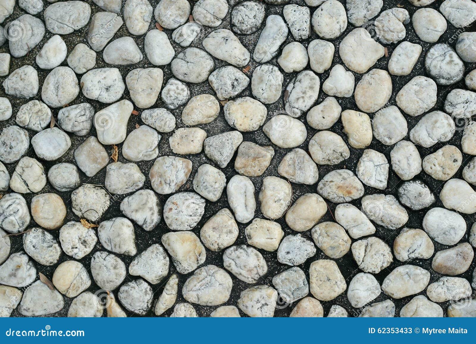 piedra redonda en el suelo negro