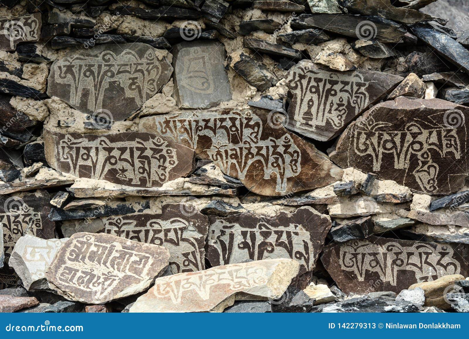 Piedras de rogación tibetanas en el monatery antiguo