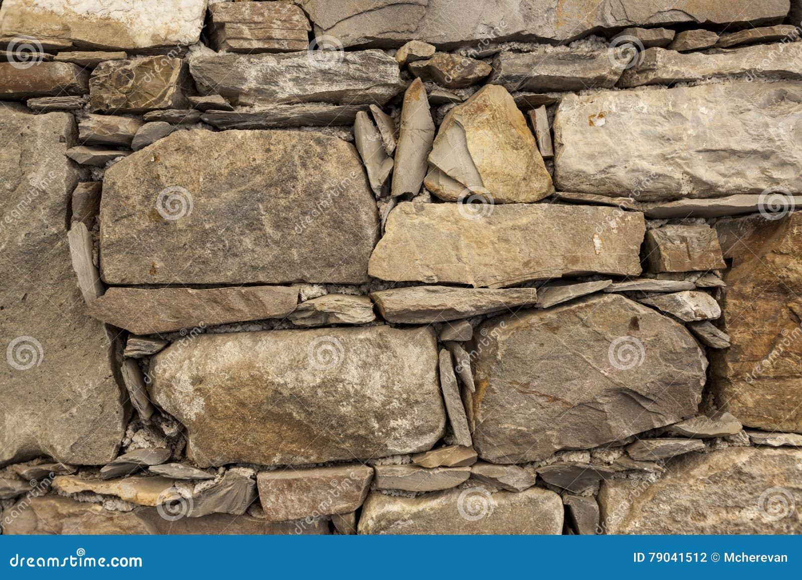Piedras grandes de un viejo marr n de la pared de piedra - Pared de piedra ...