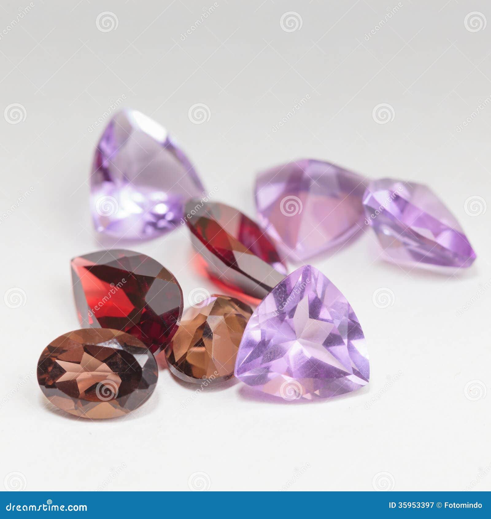 Piedras preciosas coloridas con la piedra del granate