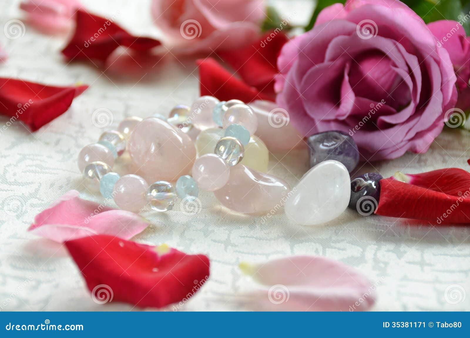 Piedras preciosas con las flores color de rosa imagen de - Fotos flores preciosas ...