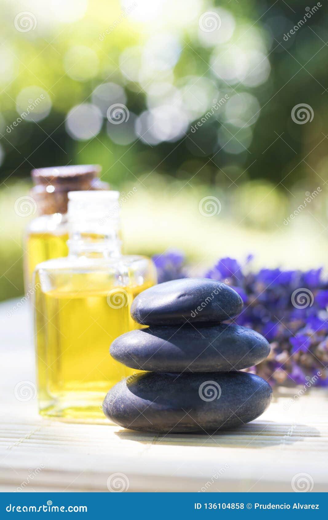 Piedras y aceites naturales del masaje