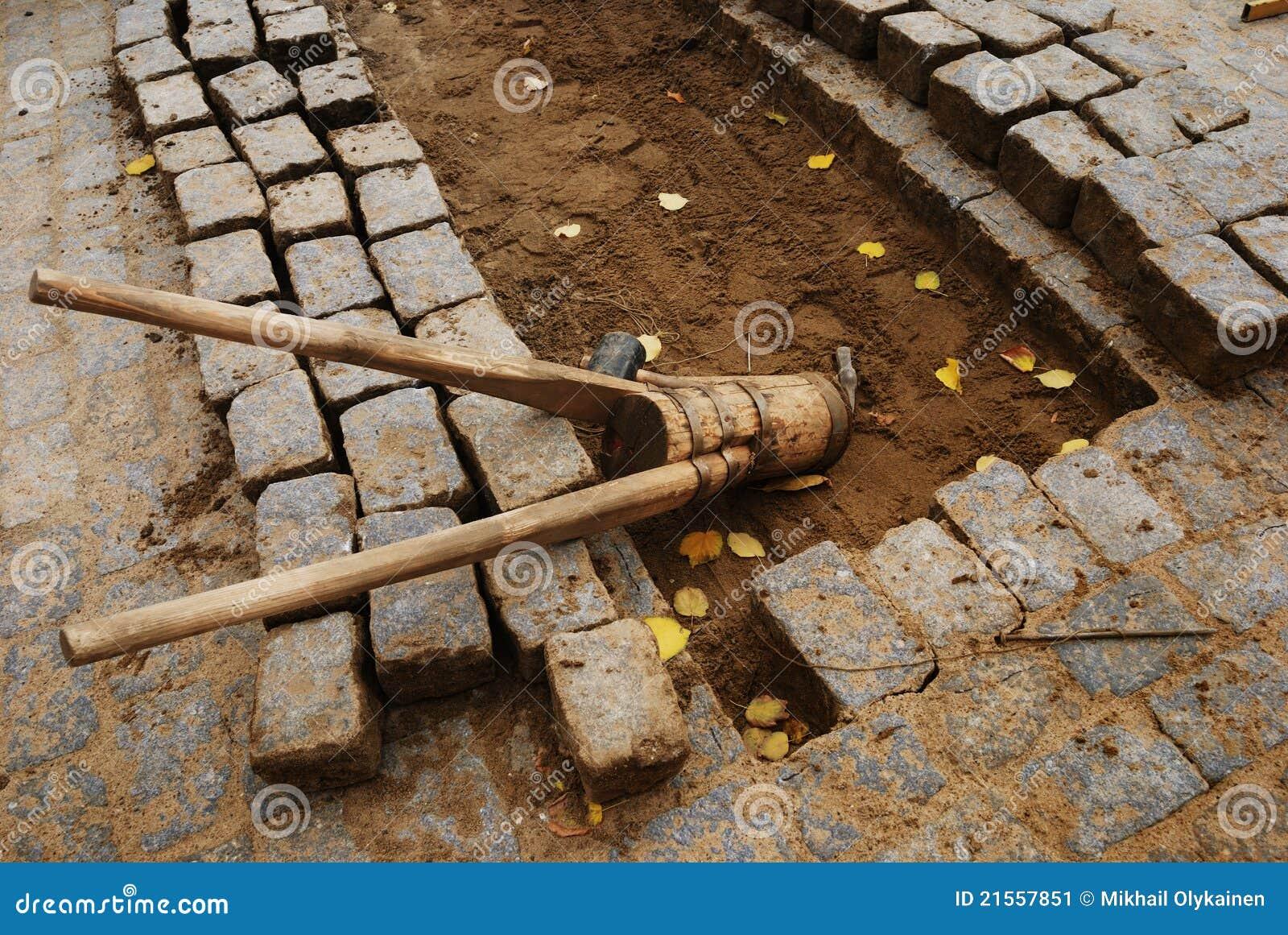 Piedras y herramientas para pavimentar imagen de archivo - Herramientas para piedra ...