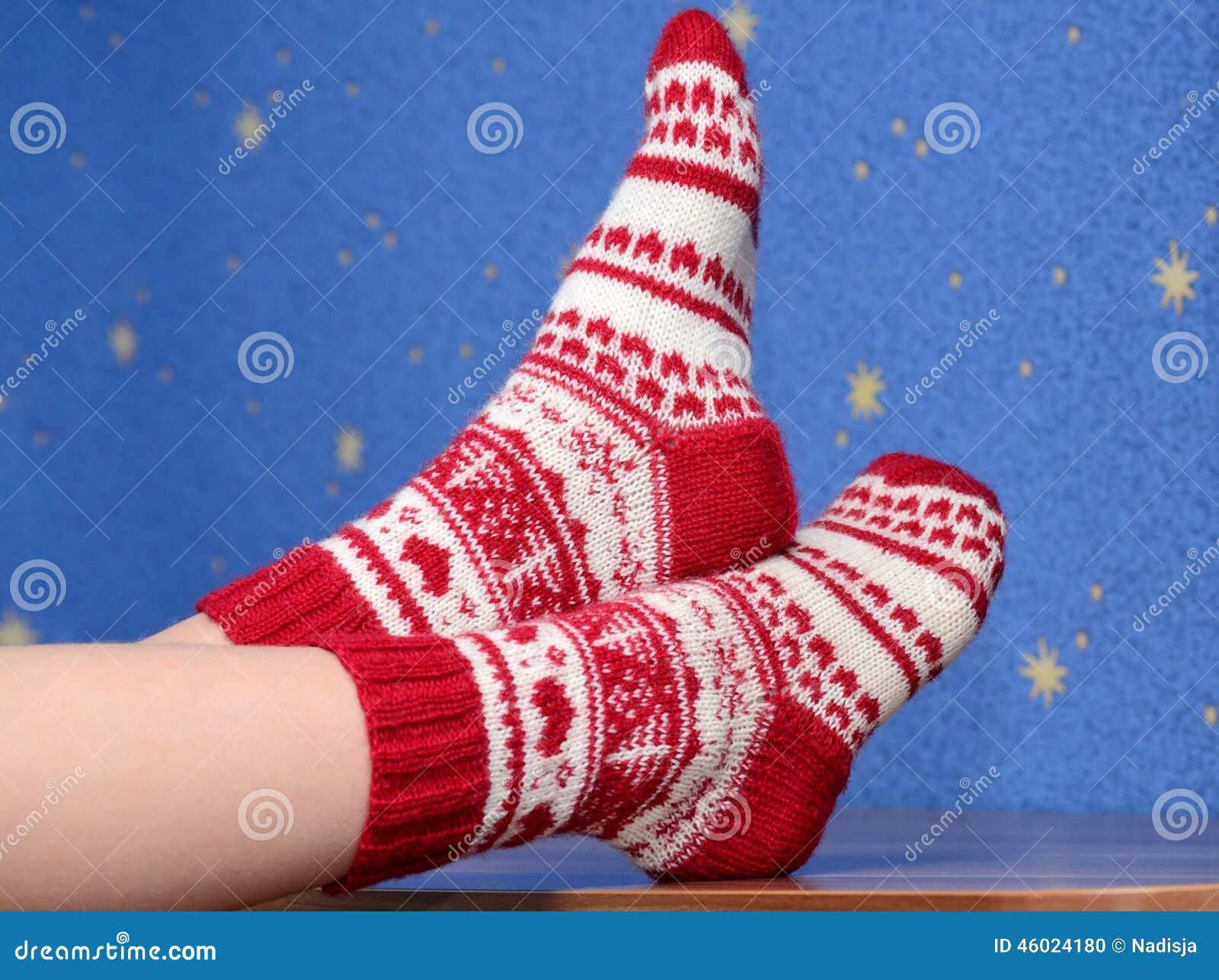 pieds avec des chaussettes de no l sur le bureau la maison photo stock image 46024180. Black Bedroom Furniture Sets. Home Design Ideas
