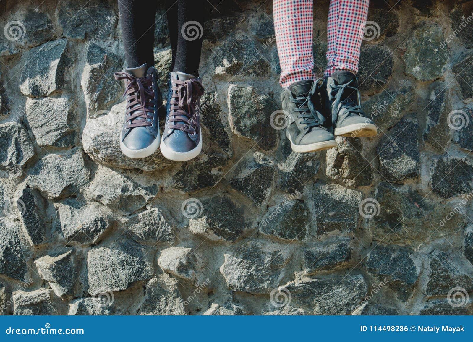 Pieds balançants du ` s de bébé dans des chaussures