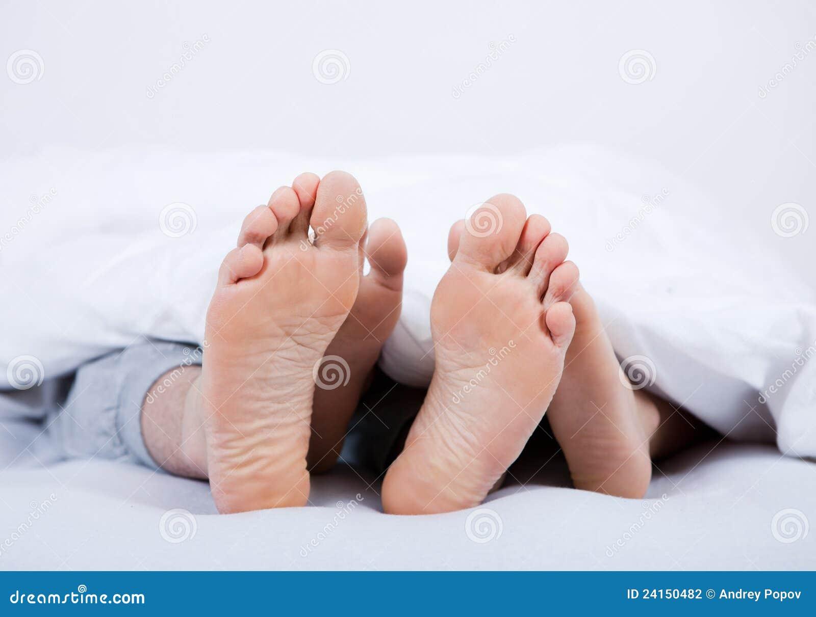 pieds d 39 un couple sous la couverture photo stock image du femelle caucasien 24150482. Black Bedroom Furniture Sets. Home Design Ideas