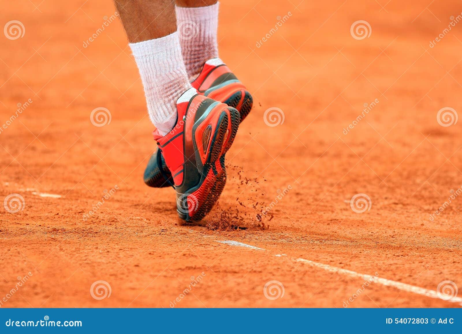 Pieds d 39 un joueur de tennis sautant pour servir sur clay for Longueur d un court de tennis