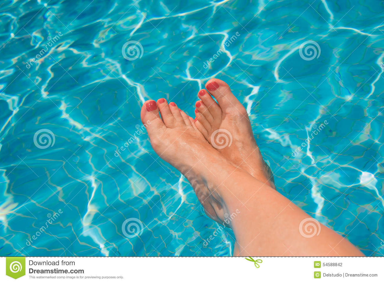 Pieds de femme la piscine photo stock image 54588842 for Piscine destock