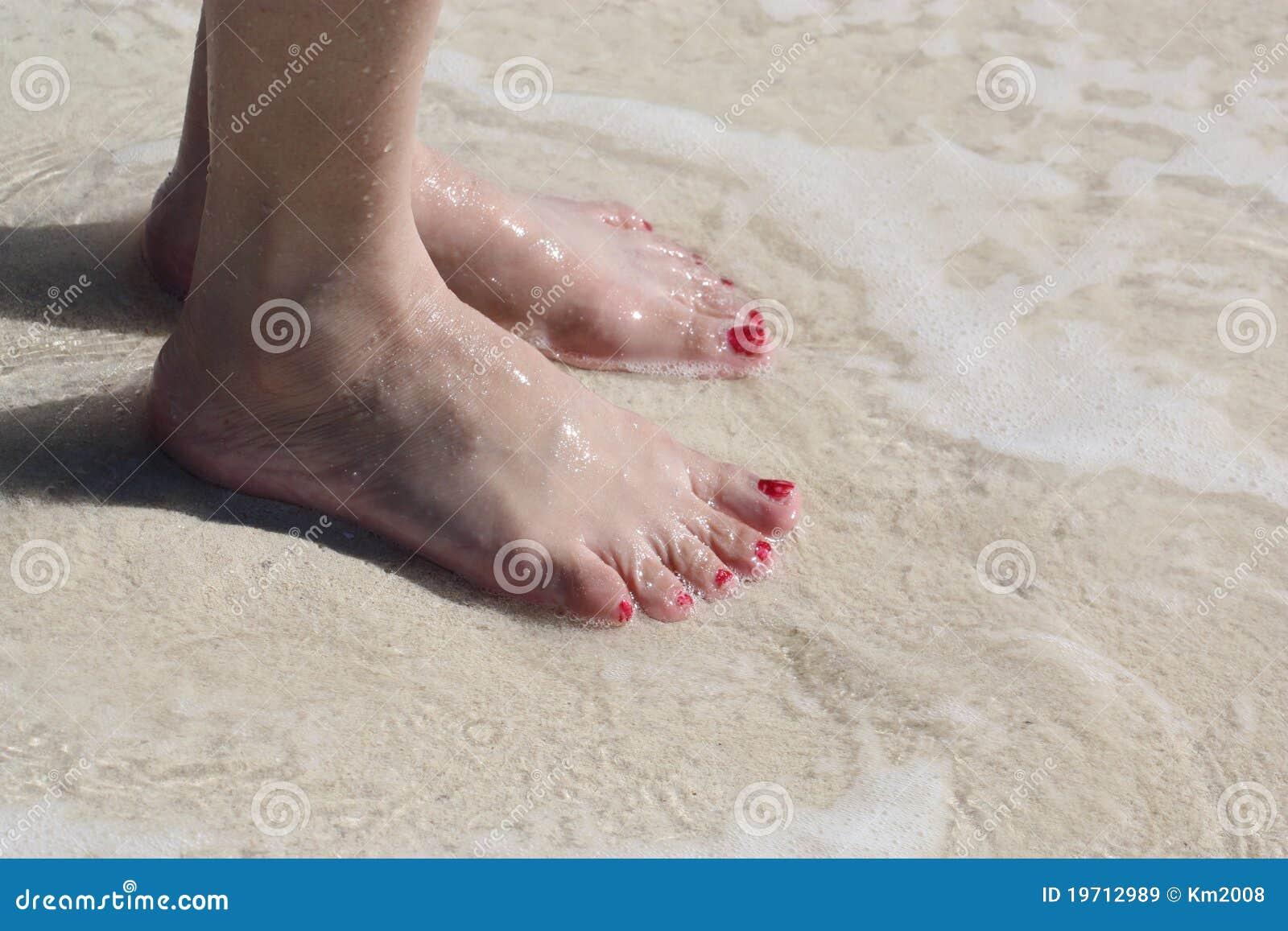 pieds de femme sur l 39 eau de plage image stock image du sunset ar nac 19712989. Black Bedroom Furniture Sets. Home Design Ideas