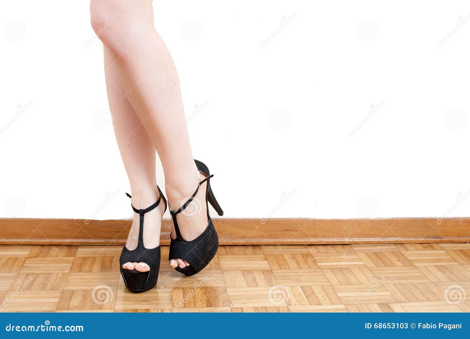 Pieds de jeune femme avec les talons hauts et les jambes noirs image stock image 68653103 - Photo jambe femme ...