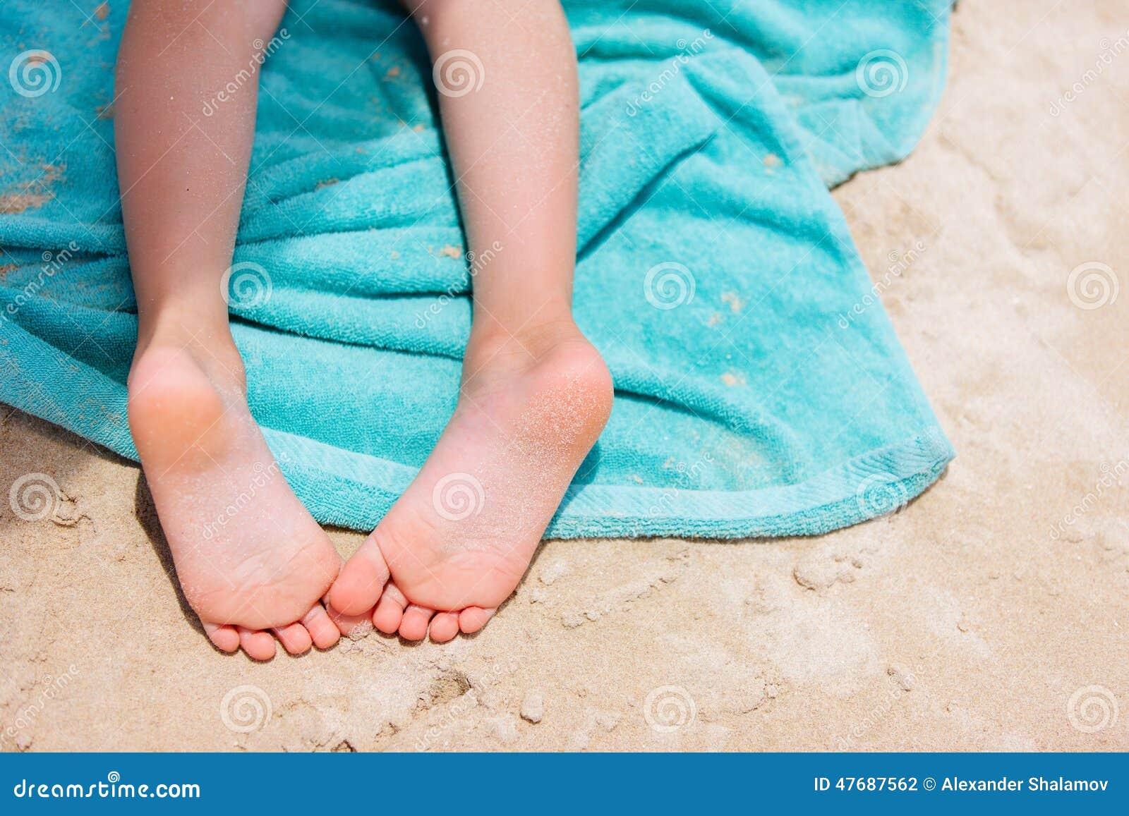 Pieds De Petite Fille Sur Une Serviette De Plage Photo stock - Image ...