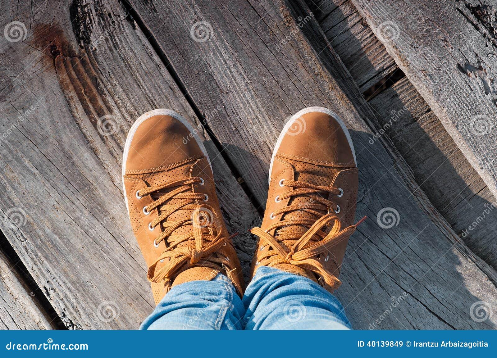 Pieds et chaussures en bois image de selfie image stock image du fond chaussures 40139849 - Pied en bois pour chaussure ...